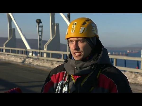 Настоящие герои так жители Приморья назвали альпинистов очищающие мост на Русский от наледи