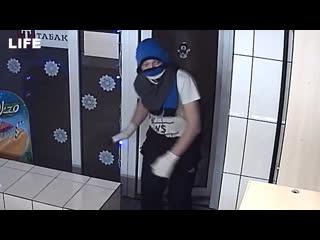 Ограбил магазин с кофтой на голове и носками вместо перчаток