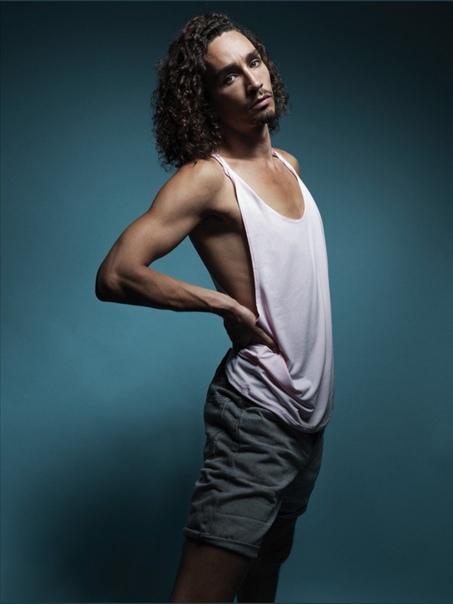 Звезда «Академии Амбрелла» Роберт Шиэн в фотосессии для свежего выпуска Attitude