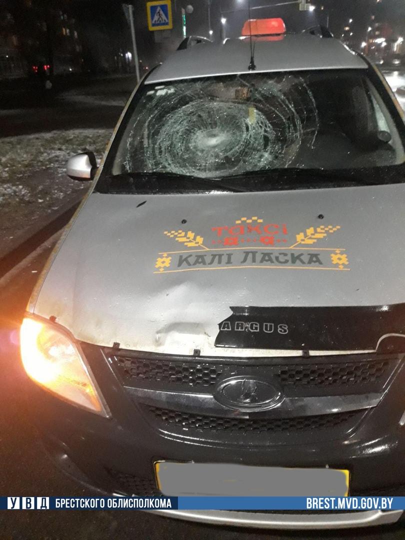 В Пинске автомобиль такси на переходе сбил женщину. Ночью она умерла в больнице
