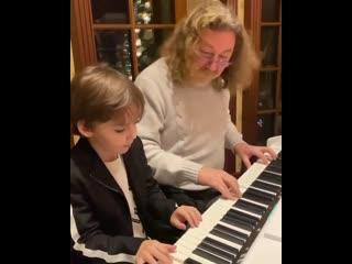 Игорь Николаев музицирует с детьми Аллы Пугачевой и Максима Галкина.mp4