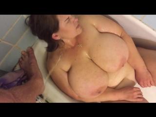 Зрелую сисястую мамашу обоссали потому, что ей нравится быть униженной шлюхой (порно писсинг сиськи )