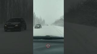 Дорогу на Кировское замело почти всю. Местами метëт так, что видимость 1-2м. Лучше не выезжайте!