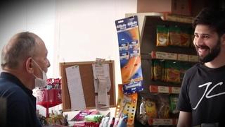 Продавец бесплатно раздает товар для бедных