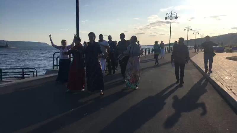 Харинама идёт по набережной, какие-то дружные все