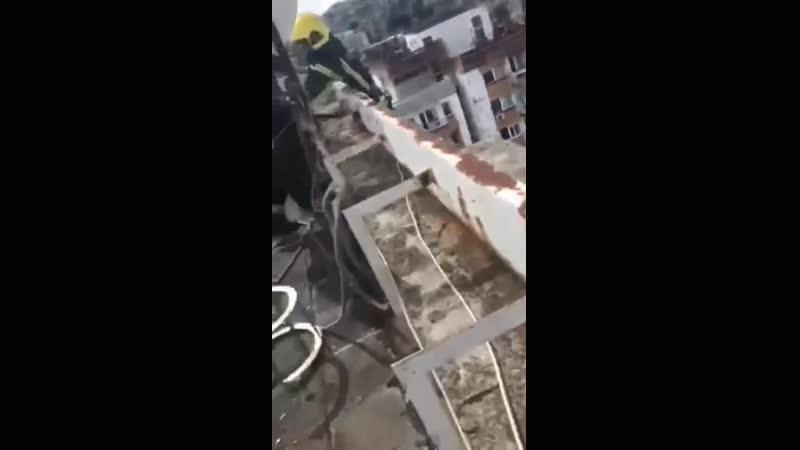 В стельку пьяный мужик из Сербии свалился с крыши на козырек балкона а когда был разбужен прибывшими спасателями то с перепугу