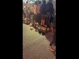 Беларусы сняли обувь, чтобы встать на лавку во время протеста [NR]