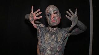 Самый татуированный француз живет в пригороде Парижа и преподает в младшей школе.