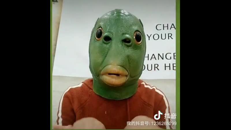 Веселая зеленая маска с рыбками в виде животного аниме