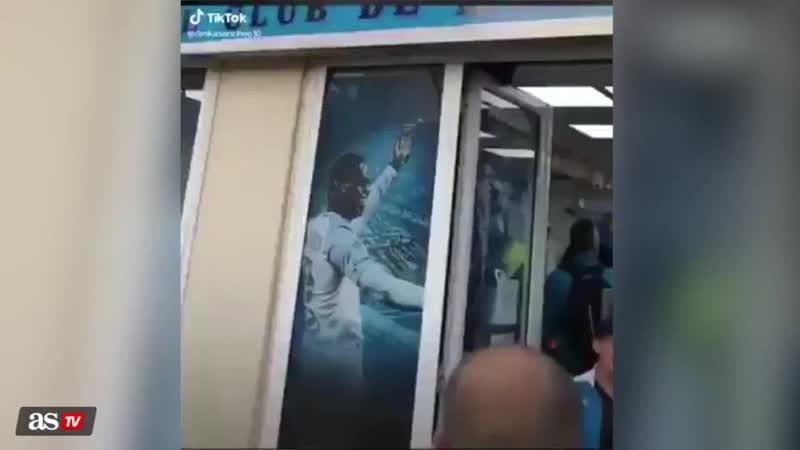 В клубном магазине «Марселя» о футболку Неймара вытирают ноги.