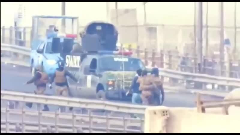 Каратели режима из сват избивают задержанных протестующих прежде чем доставить их в тюрьму в Багдаде