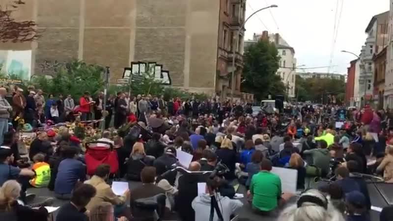 Эти люди собрались почтить память погибших в одном ДТП. Людей никто не собирал.Они не родные и не друзья жертв.Они просто пришли