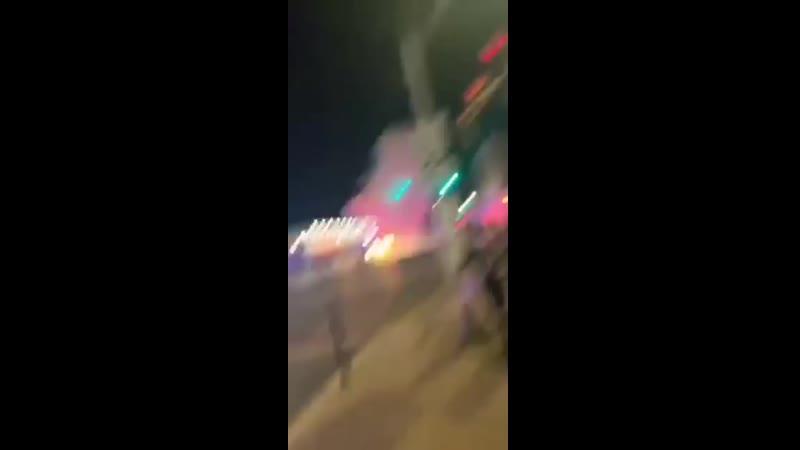 Протестующие бросают СВУ петарду в сотрудников полиции в Чикаго.
