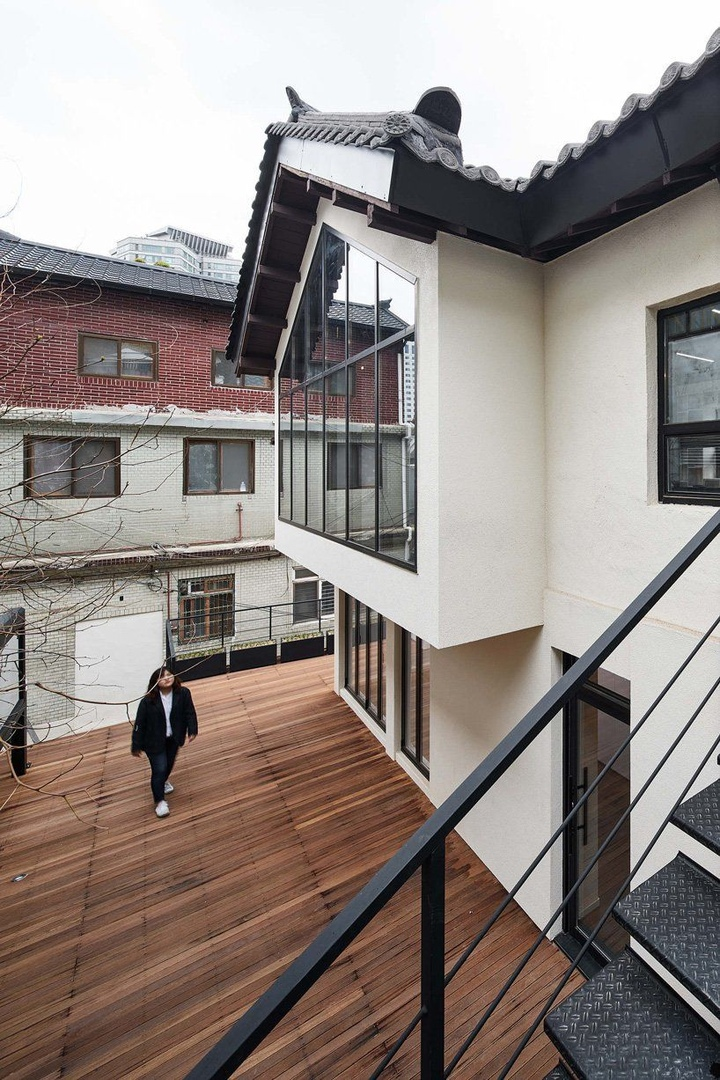 Yong Ju Lee transforms 1930s wooden house into the hoehyeon community building in Seoul
