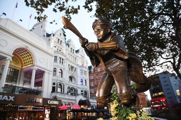 Сегодня в центре Лондона открыли памятник Гарри Поттеру. Скульптура стоит рядом с кинотеатром «Одеон», где в 2001 году состоялась премьера фильма «Гарри Поттер и философский камень». Волшебник изображен на метле, играющем в квиддич.