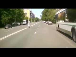 Не научили  как правильно переходить дорогу