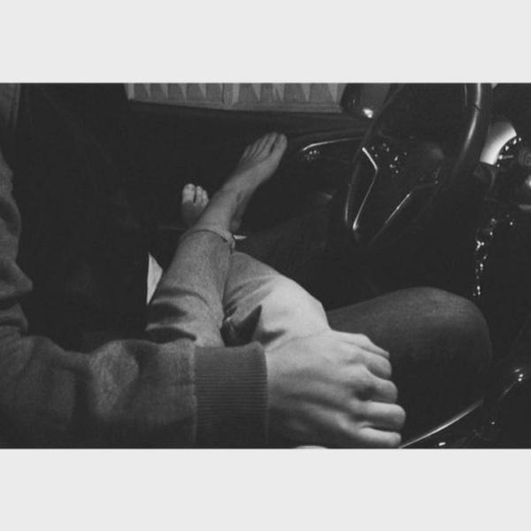 картинки в машине двое держаться за руки зимой борьбы мушками цветочных