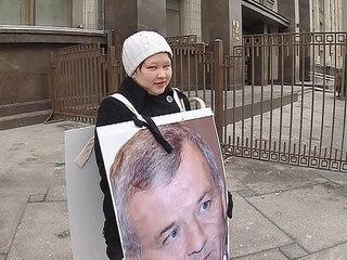 У Госдумы стоят пикеты против депутатов, не поддержавших воссоединение с Крымом