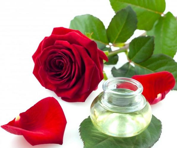 Розовая вода используется для детоксикации кожи.