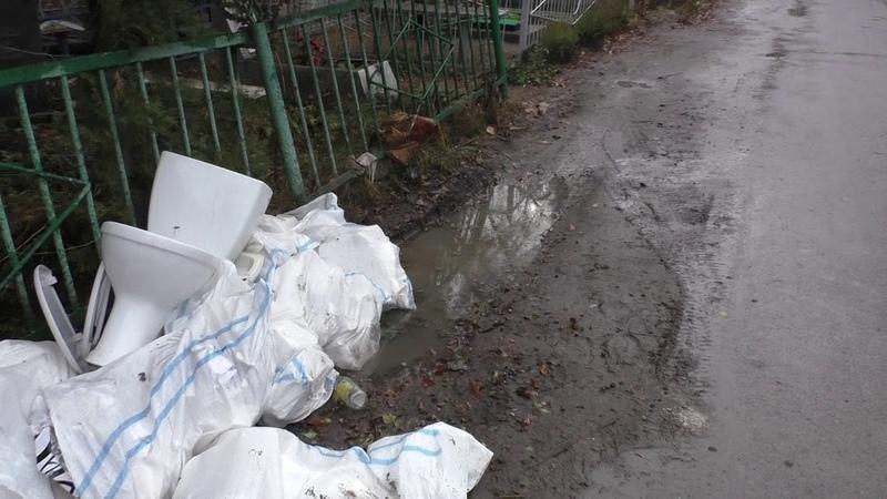 25 11 2020 Жителей Батайска возмутили мешки с мусором выброшенные неизвестными прямо около могилок