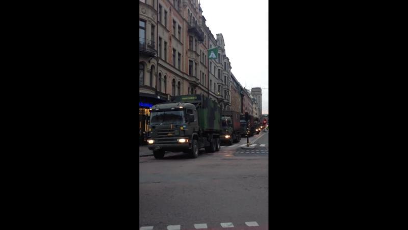 LedR och Livgardet framrycker på Kungsgatan i Stockholm