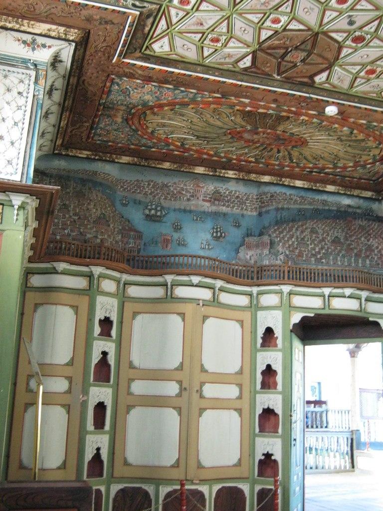 Рельефные разукрашенные стены и потолки в особняке Чакираги в Бирги.