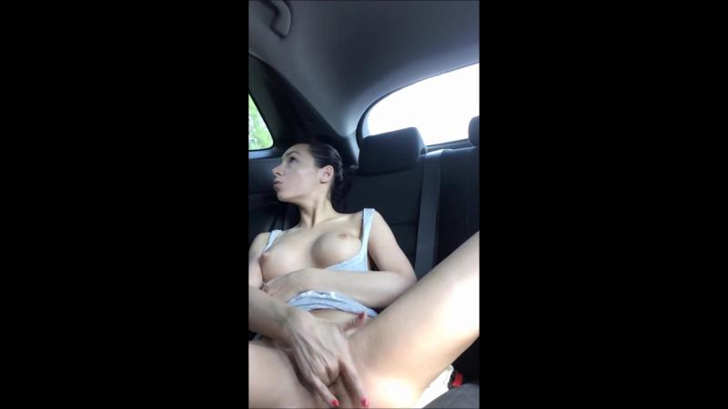 Девушка мастурбирует на парковке и кончает сквиртом прямо в машине / Squirting orgasm in the car on the parking