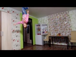 Оля бегает по потолку
