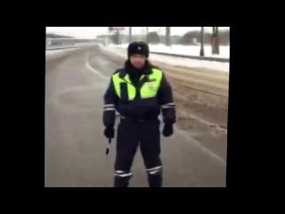 Инспектор ДПС не пропускает машину Скорой помощи