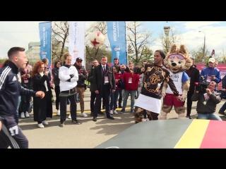 Роналдиньо играет в Текбол в Парке Кубка Конфедераций FIFA в Казани