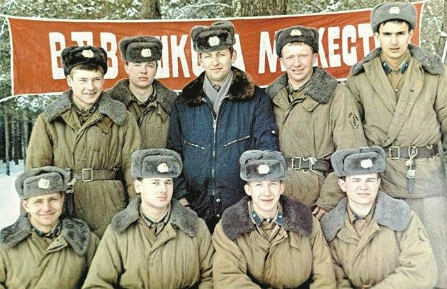 Александр Егоров (во втором ряду — справа) на учёбе в Гаджюнайской школе прапорщиков