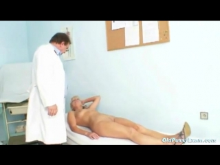 Светловолосая тетка у гинеколога на приеме показывает розовую щель_480