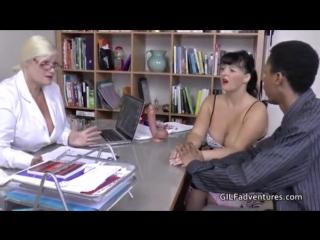 Зрелая докторша помогает в сексе