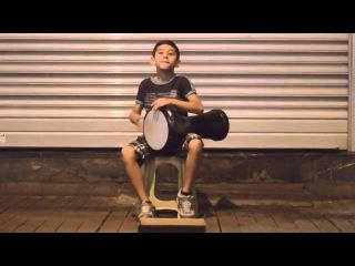 Пацан   невероятно талантливый уличный барабанщик!