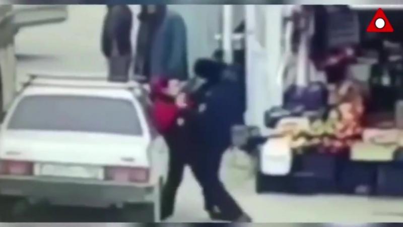 полицейский избил подростка.Дагестан