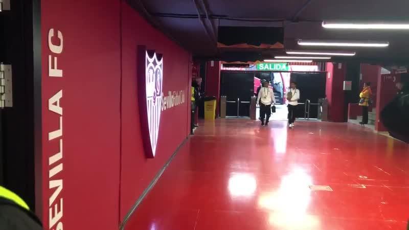 Прибытие на стадион Рамон Санчес Писхуан