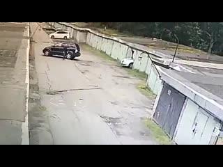 Как правильно заезжать в гараж, урок от автоледи