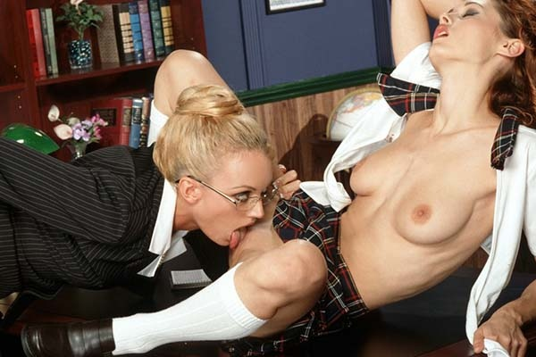 Lucky boyfriend enjoys mind blowing head from worshipped darling