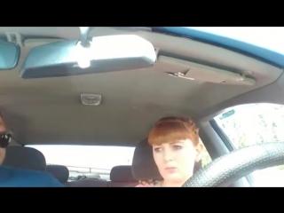 Девушка и очень терпеливый инструктор по вождению.Я плакал))