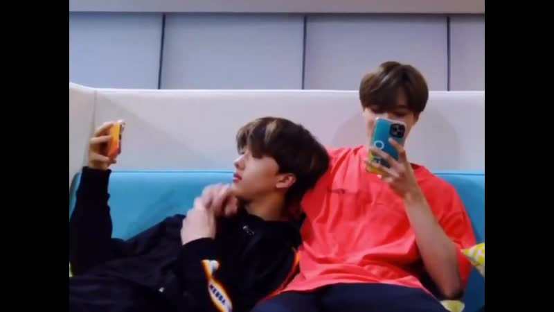 The way jeno reached out his hand to hold jisung's the way jisung just held his hands ಥ ಥ