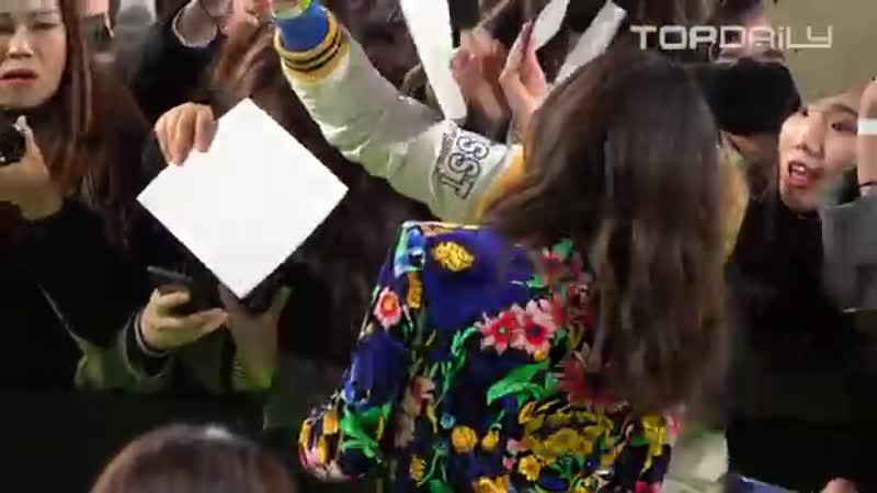 아드리나 아르조나 Adria Arjona 화려한 의상을 입고 팬들 속으로~ 팬들과 함께 해서 행복해요 영화 6언더그라운드 그린카펫 톱데일리 Topdaily
