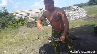Голодные Украинские солдаты начинают есть змеи