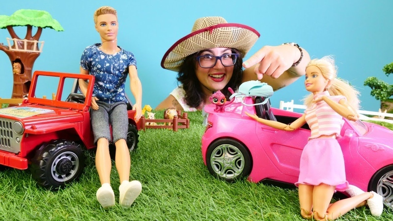 Barbie safaride kaybettiği çantayı maymun kaçırıyor