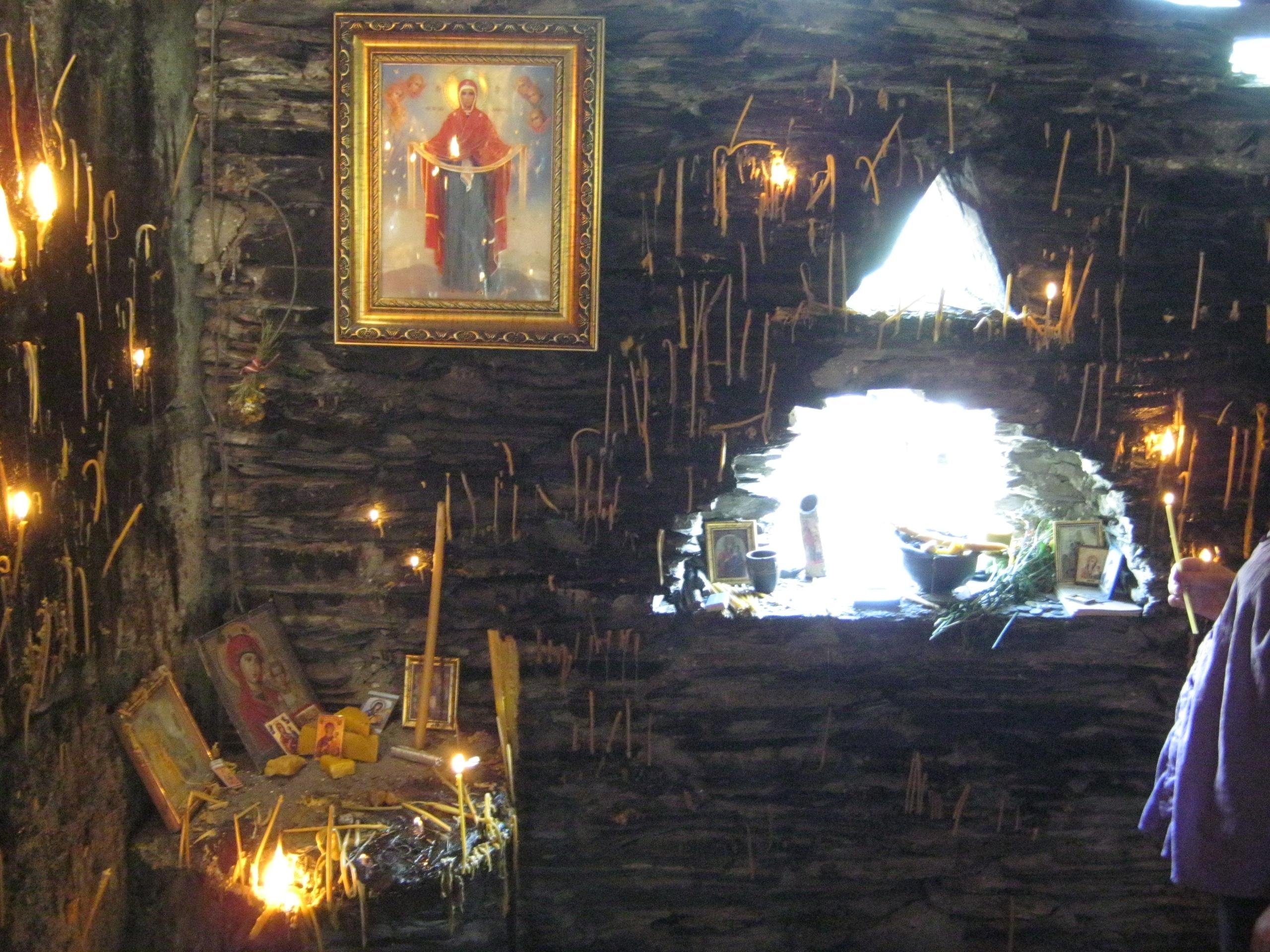 Свечкоставляние в церкви Квирике (12 века) во время праздника Квирикоба.