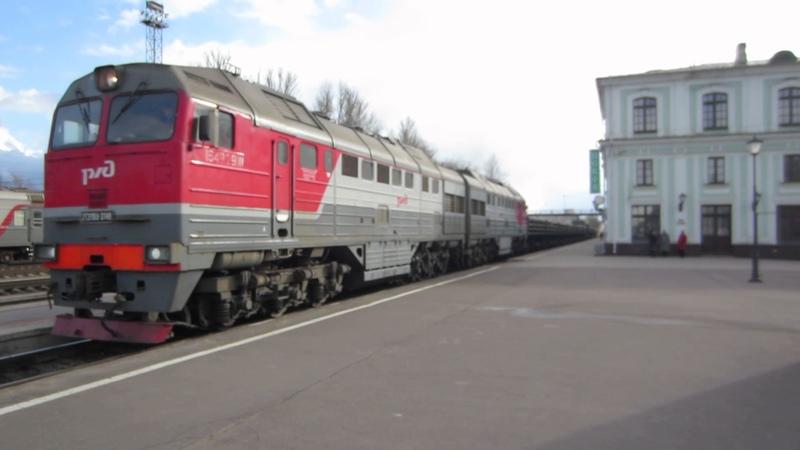 2ТЭ116У 0148А 0123А с грузовым следует через Псков Пассажирский Алкаш мешает снимать