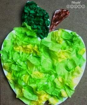 Яблоко из салфеток Простая поделка яблока из кусочков салфеток, которую можно сделать с детьми 4-5 лет.Контур яблока с листиком и черешком вырезаем из картона или плотной бумаги. Салфетки светло