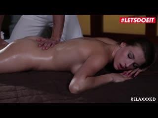 Сексуальная Victoria Daniels соблазнена массажистом. Po