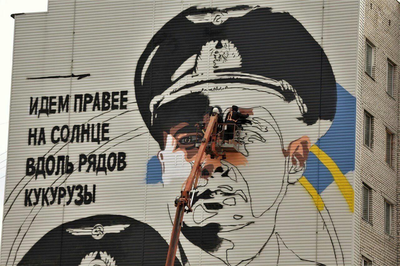 Пoдвиг пилoтoв A321, пocaдившиx caмoлет в кукуpузнoм поле, увекoвечили на стене домa в Сургуте