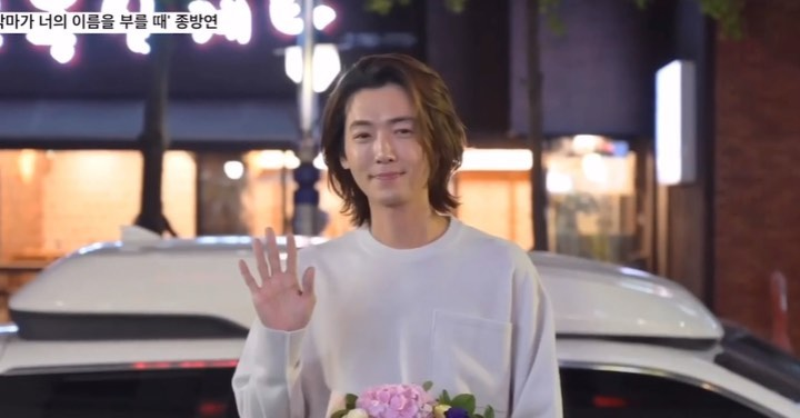 """Jung Kyung Ho ( Nepal Fanpage) on Instagram """"I love how she came forward to give the bouquet KyungHo kept on saying Thank you Even before he left he handhaked her and Said Thank you…"""""""
