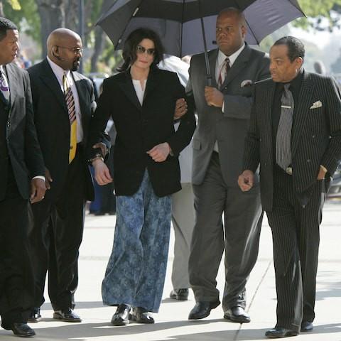 """Майкл Джексон прибыл в суд в пижаме из больницы с травмой спины, это событие СМИ назвали """"пижамный день"""", чтобы отвлечь внимание от перекрестного допроса Гэвина."""